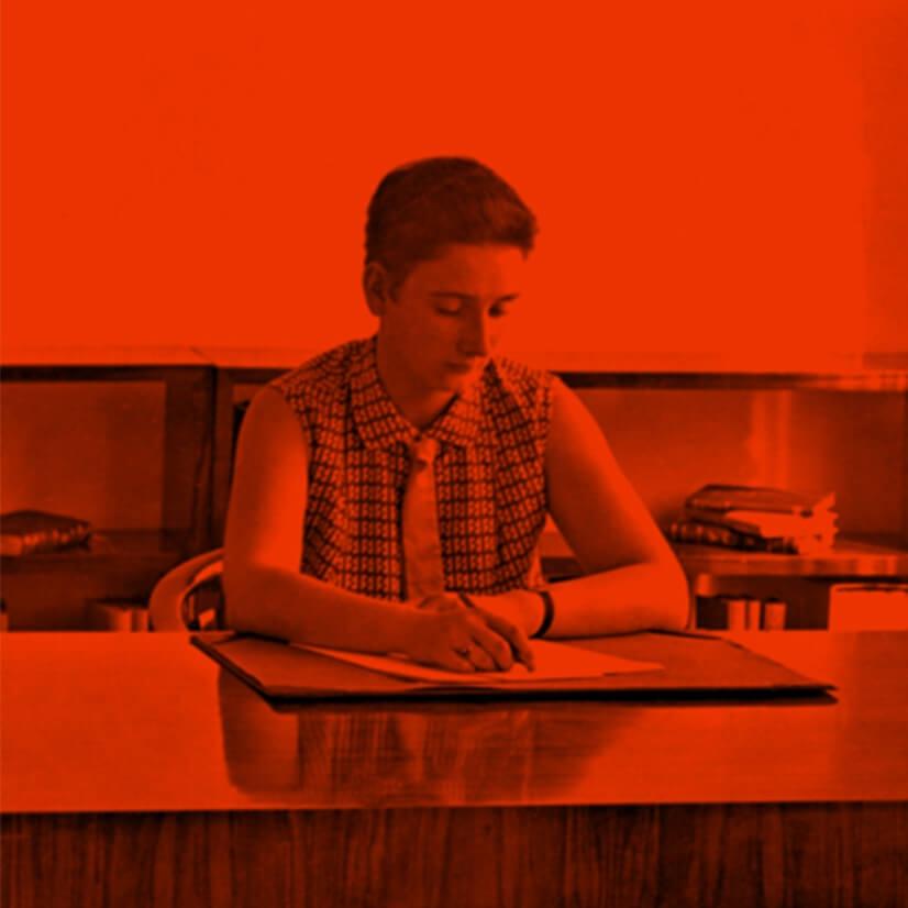 Mia Seeger jung am Schreibtisch
