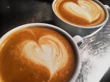 Kaffeetasse mit Herz im Schaum