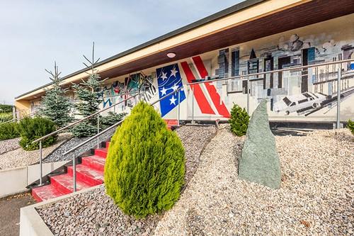 Bruetten, Motel, außen, Amerikaflagge