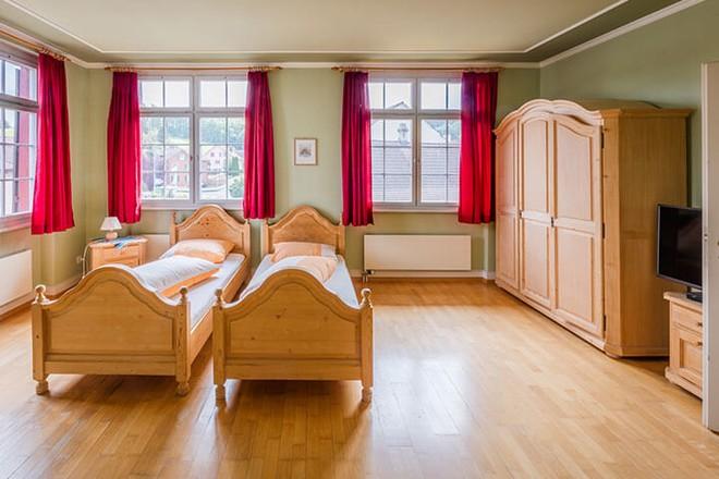 Hotel, Betten, Fenster, rote Vorhänge
