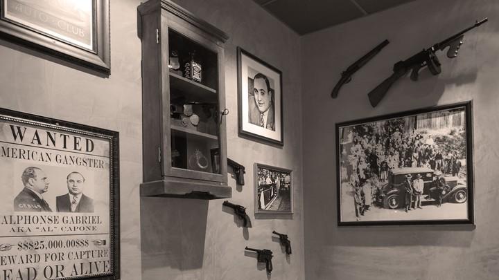 Vintagebilder und Gewehre an der Wand