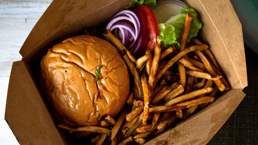 Burger und Pommes in Take Away Box