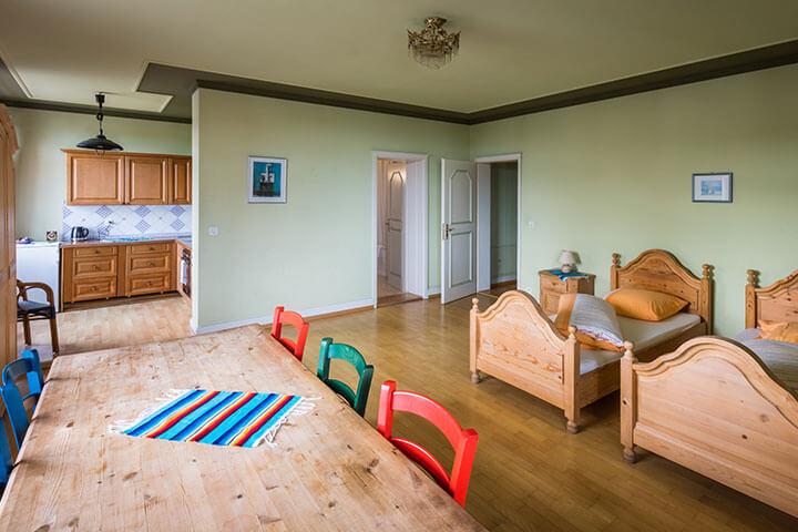 Hotel, Betten, Wohnbereich, Küche, Tisch